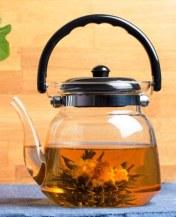 קנקן עם פקעת תה פתוחה