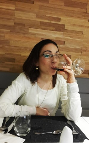 כוס יין בארוחת ערב
